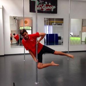 Tom von Radio Hagen testet Poledance